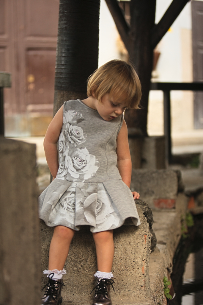 Elsy baby fall winter 2015 grey dress with vicolo dei lavandai background