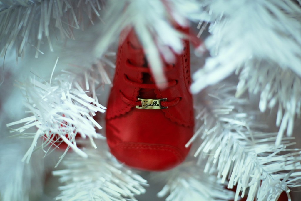 Gusella winter 2015 red shoe in white christmas tree