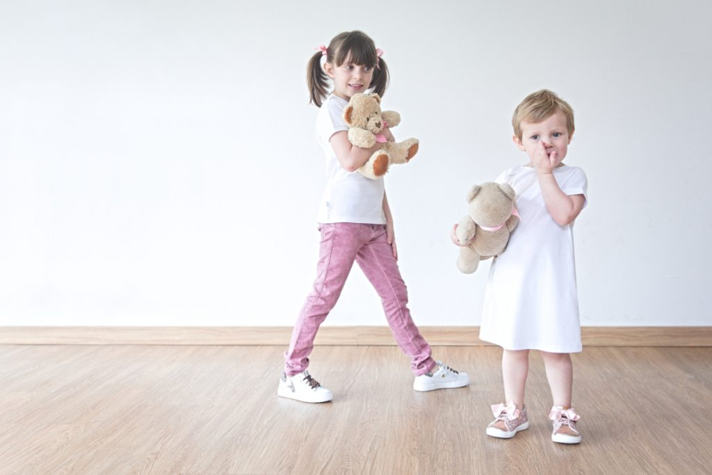 Alice and Aurora playing with their bears in il gufo and Walkey