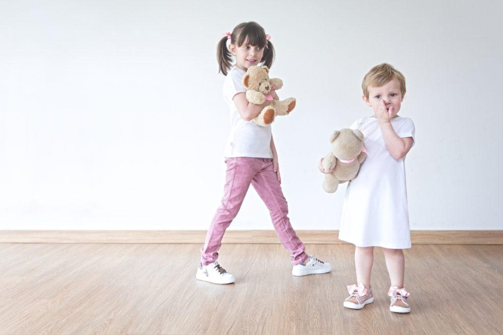 Alice e Aurora giocano con i loro orsacchiotti in Il Gufo e Walkey