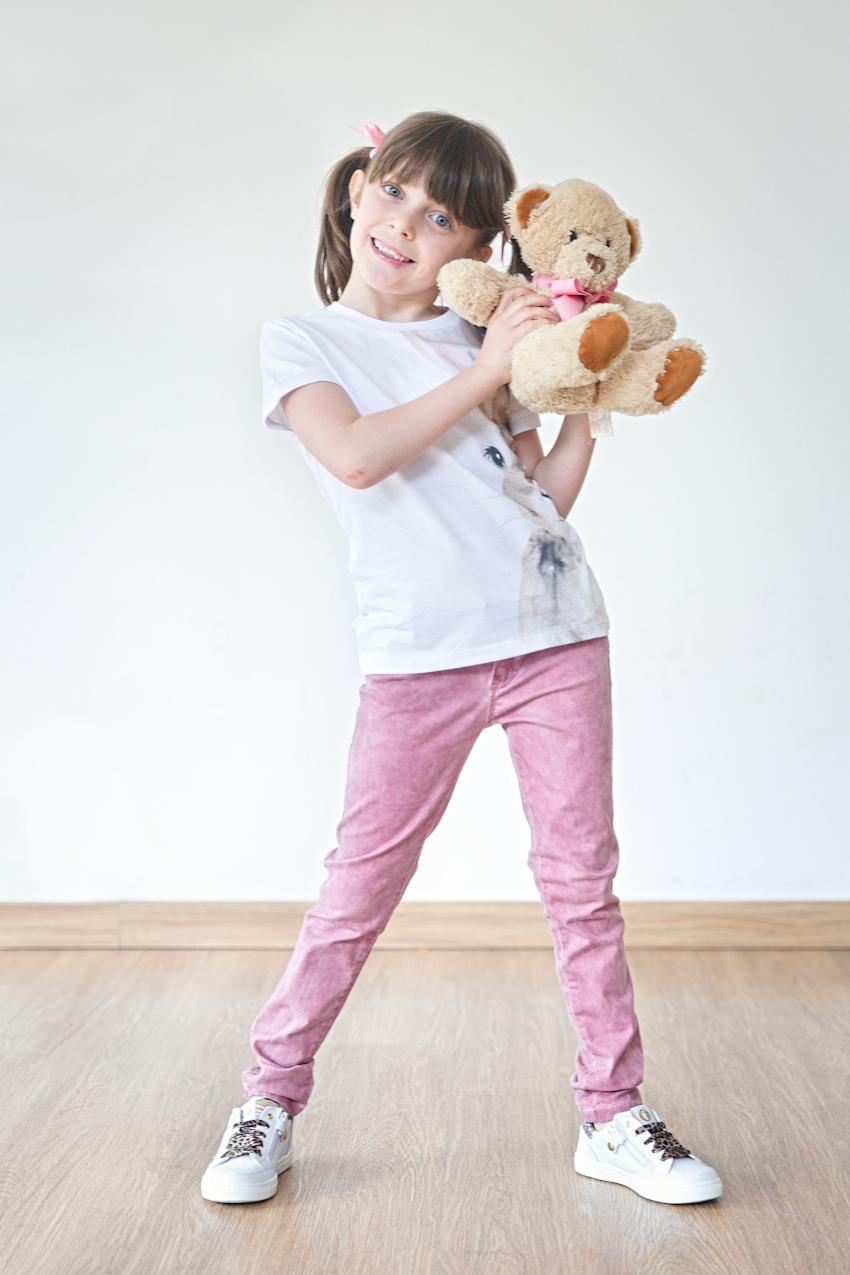 Alice gioca con il suo orsacchiotto in Il Gufo e Walkey
