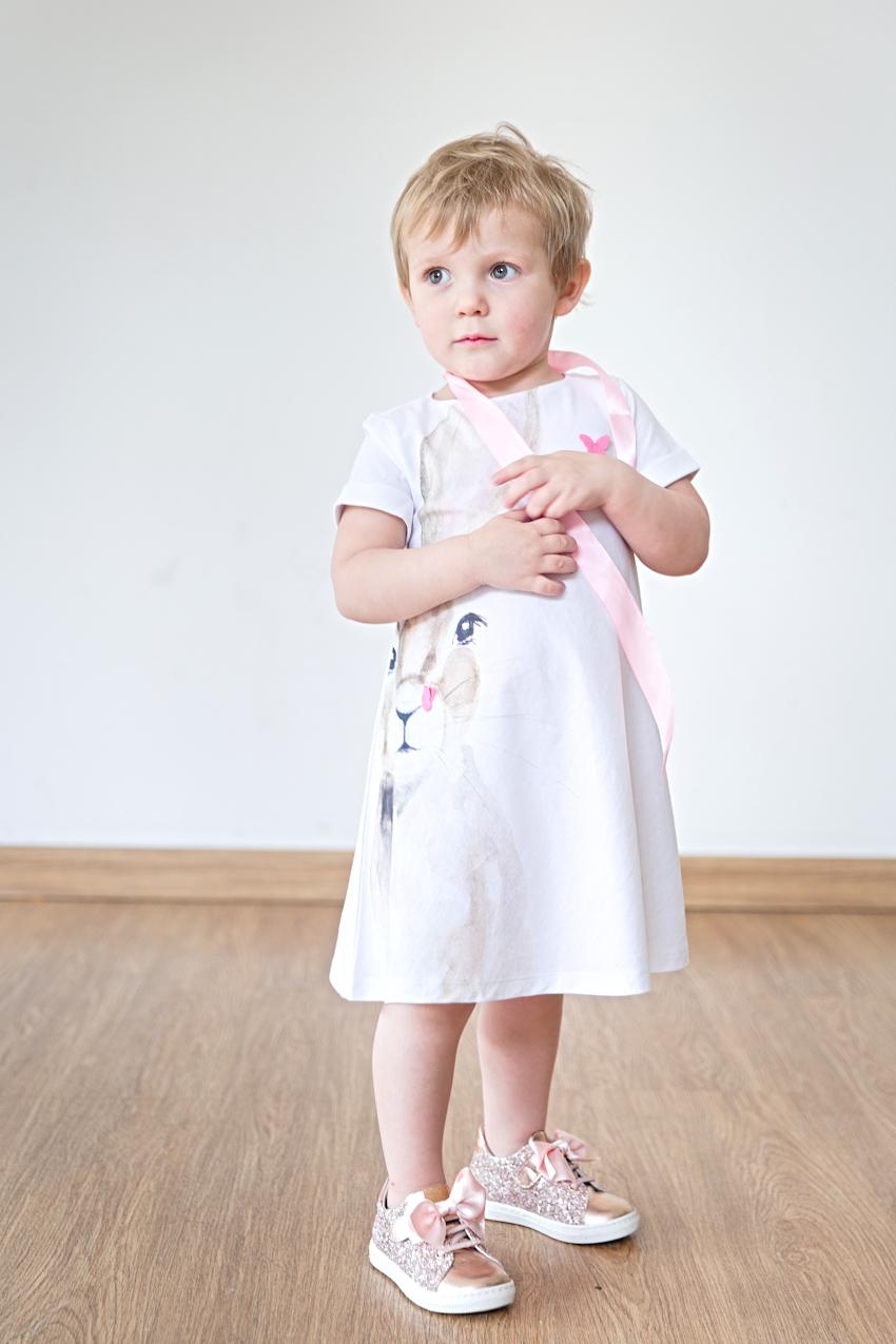 Aurora in il gufo white dress with bunny print and Walkey