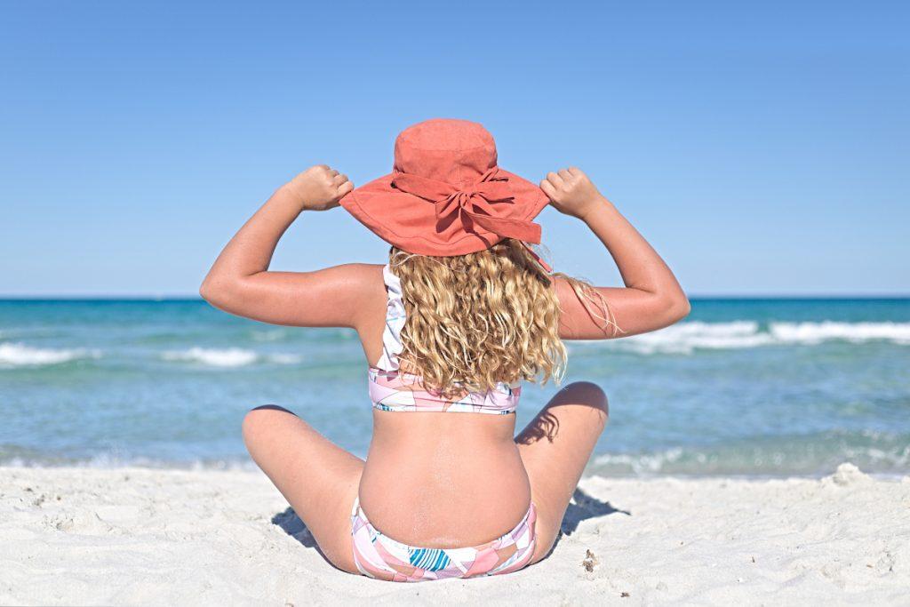 Anna alla spiaggia di Lu Impostu e i costumini di Aletta estate 2020