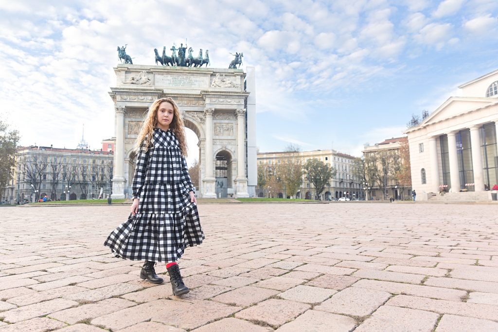 Simonetta black and white easy chic at the Arch of Peace Milan
