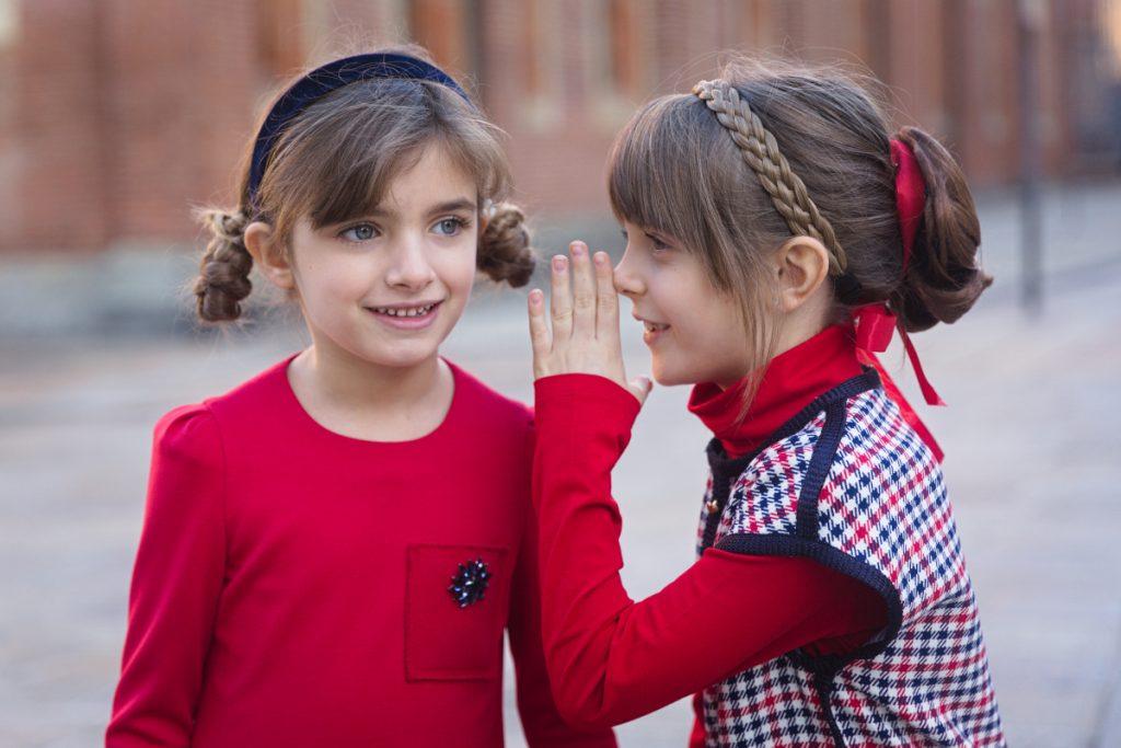 Ritorno a Milano e ritorno a scuola con Giulia e Alice in Mimisol rosso e blu.