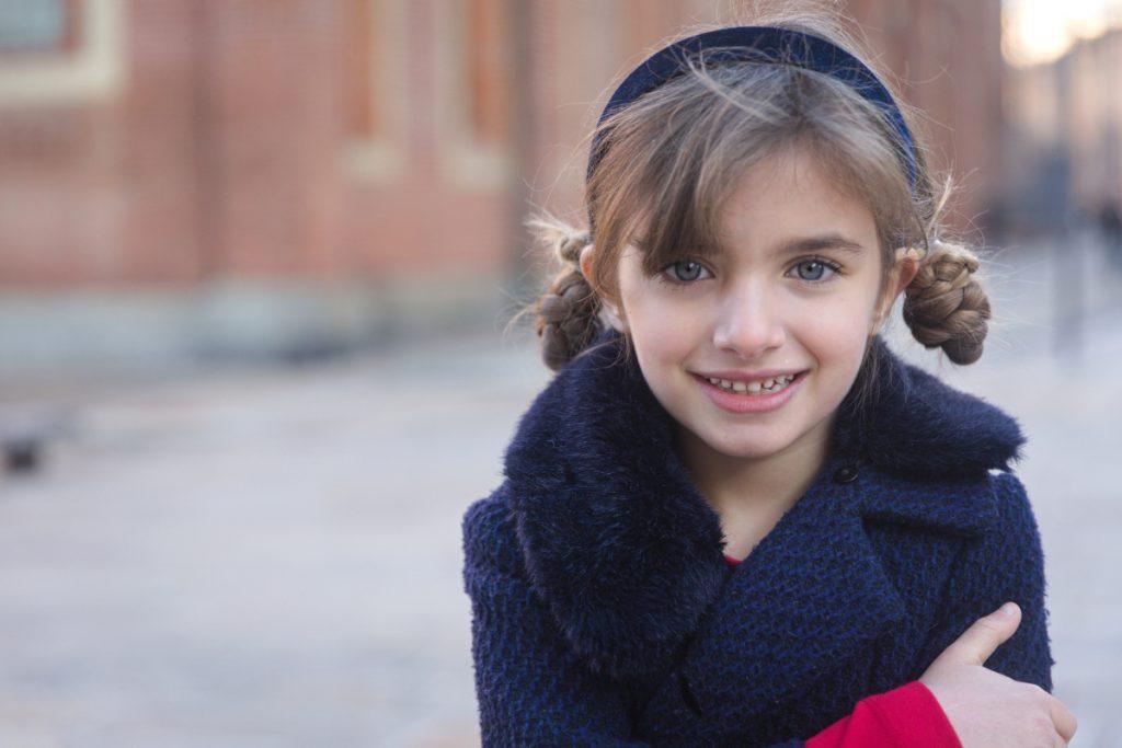 Ritorno a Milano e ritorno a scuola con Giulia in Mimisol rosso e blu.