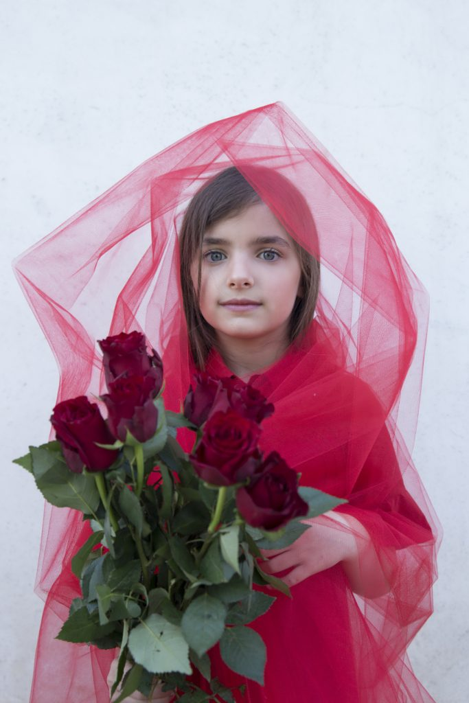 Blossoming Beauty Editoriale Moda Bimbo. Giulia è la rosa rossa e indossa un abitino di Simonetta